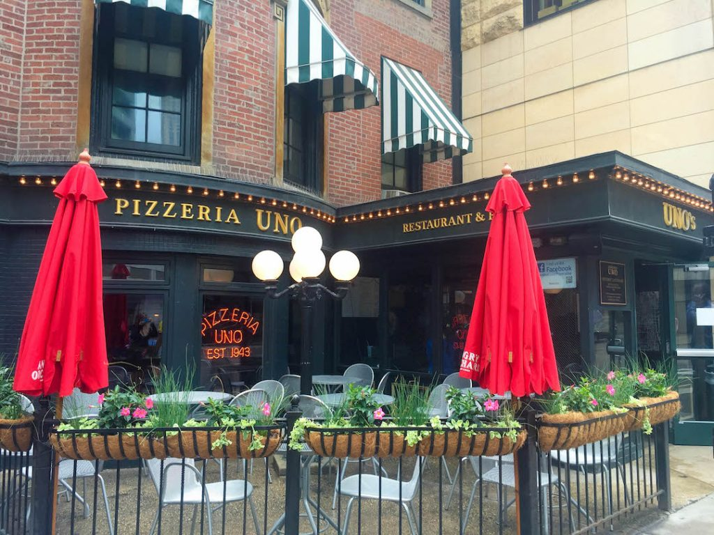 The terrace of Pizzeria Uno, the inventor of deep-dish pizza in Chicago