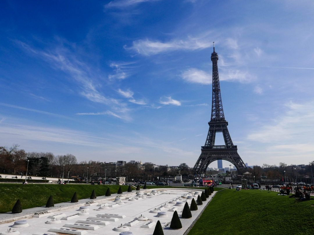 Visiting Paris for only one day may seem crazy, but seeing the top sights is actually possible! Use this itinerary to see the top sights in Paris in only one day. See the Louvre, the Eiffel Tower, and Notre Dame!